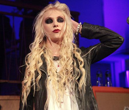 Top-9-Celebrities-makeup-disasters-Taylor-Momsen