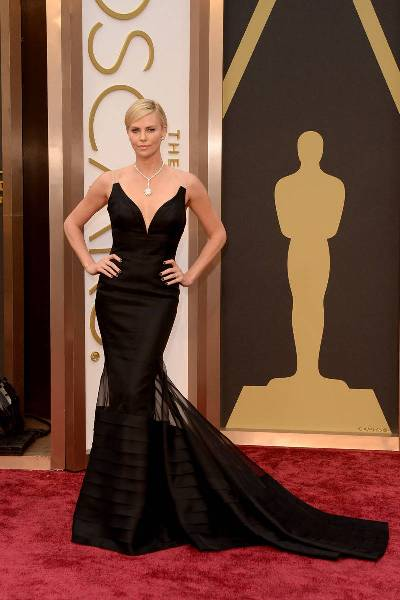 elle-oscars-2014-red-carpet-looks-charlize-theron-v-xln